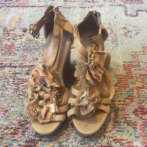 Madden girl corkscrew flower wedges